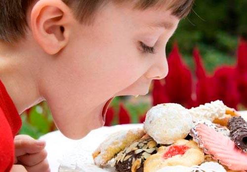 crianca-comendo-doce-alimento-size-620