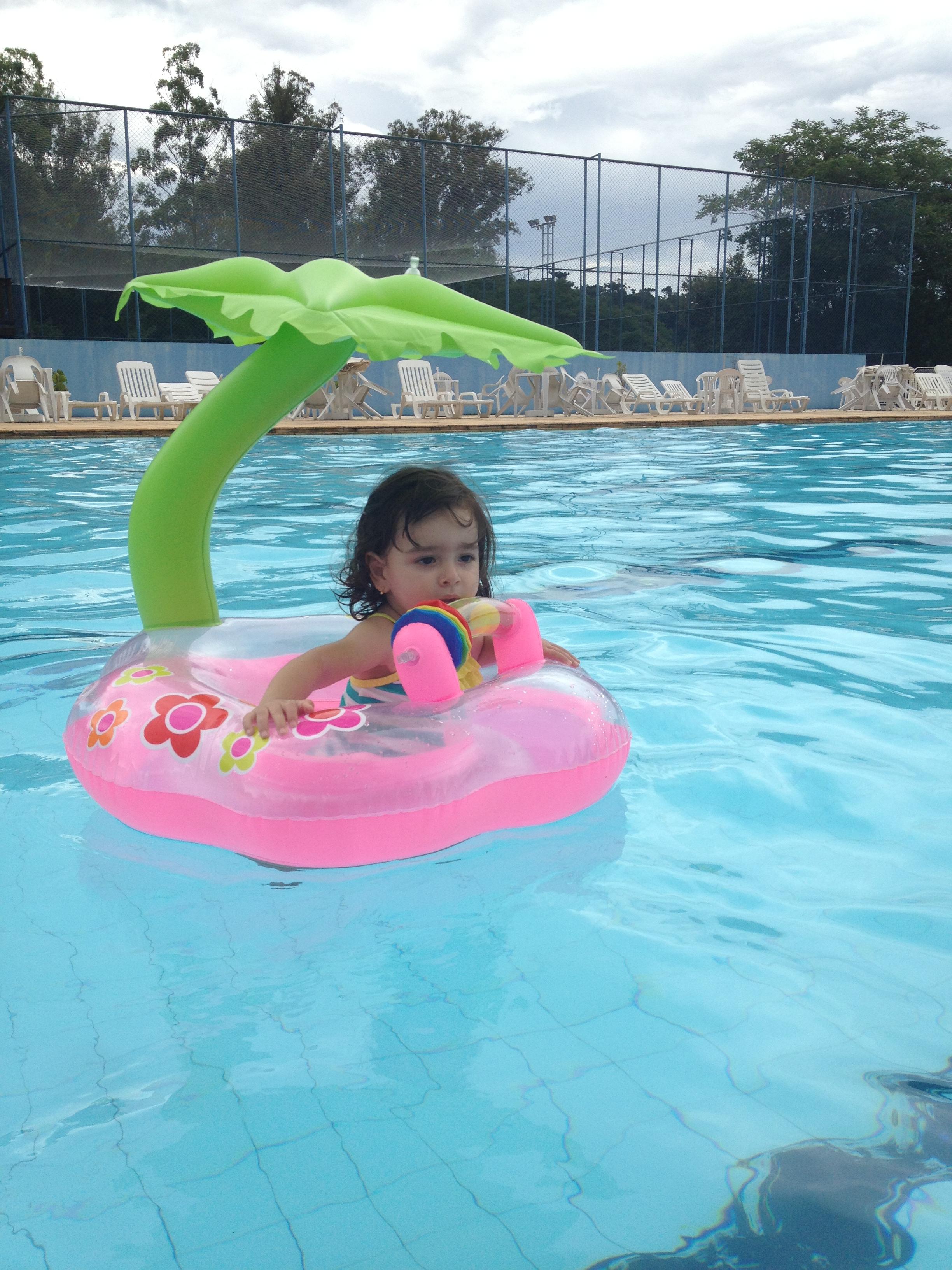 Testamos boias de sentar para beb s senta que l vem for Clases de piscina para bebes