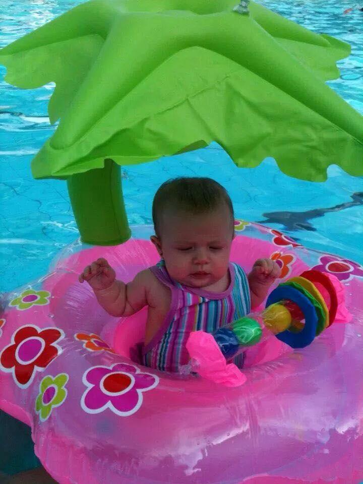 Testamos boias de sentar para beb s senta que l vem for Piscina bebe con parasol