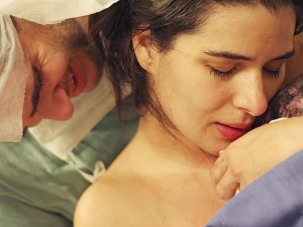 Bebê logo após o nascimento. Imagem linda!