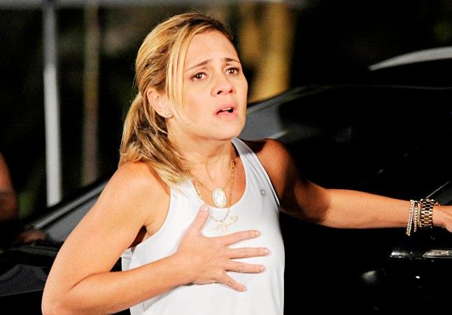 Policial entrega carro de Jorginho ( Cauã Reymond ) e avisa que ele sumiu. Em cena: Tufão ( Murilo Benício ), Carminha ( Adriana Esteves ).