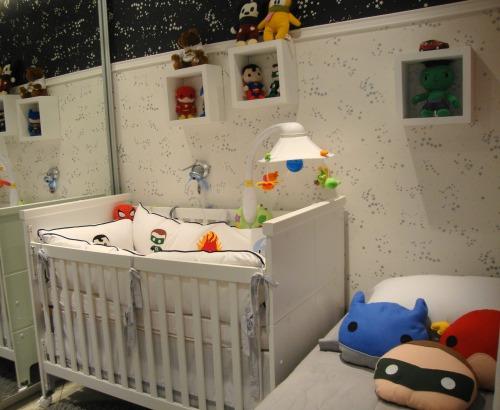 Muito estilo nesse quarto com o tema Super-heróis Baby. As almofadas ficaram demais. Imagem: Alessandra Voitena Design
