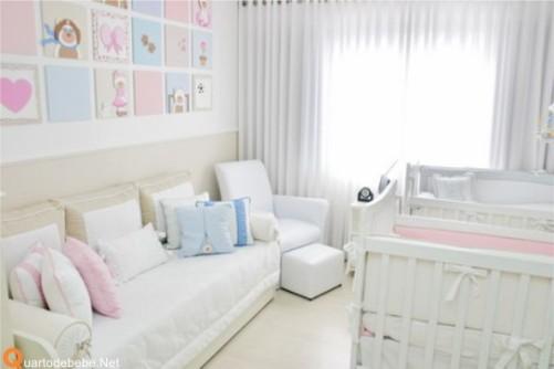 Os quadros em tons de rosa e azul com ursos complementam o quarto. Imagem: Quarto de Bebê