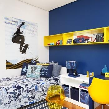 Outro quarto com tema esportivo impecável. O amarelo e azul destacam os objetos do quarto.