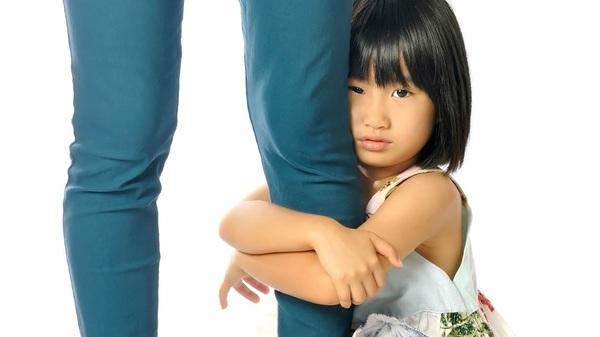 crianca-segurando-a-perna-da-mae-foto-varandahshutterstockcom-00000000000172e3